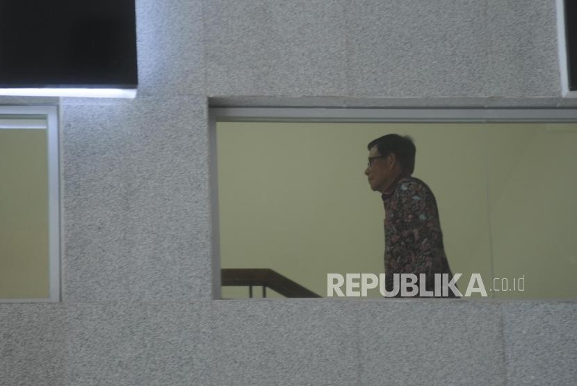 Mantan anggota DPR M Jafar Hafsah menaiki tangga bersiap menjalani pemeriksaan di gedung KPK, Jakarta, Selasa (9/1).