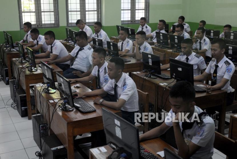 Sejumlah pelajar mengikuti Ujian Nasional Berbasis Komputer (Ilustrasi)