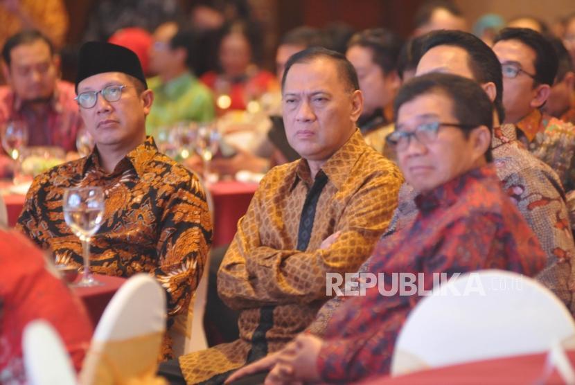 (dari kiri) Menteri Agama Lukman Hakim Saifuddin, Gubernur Bank Indonesia Agus Martowardojo dan Ketua BPH MES Muliaman D Hadad saat menghadiri Anugerah Syariah Republika (ASR) 2017 di Jakarta, Rabu (6/12) malam.