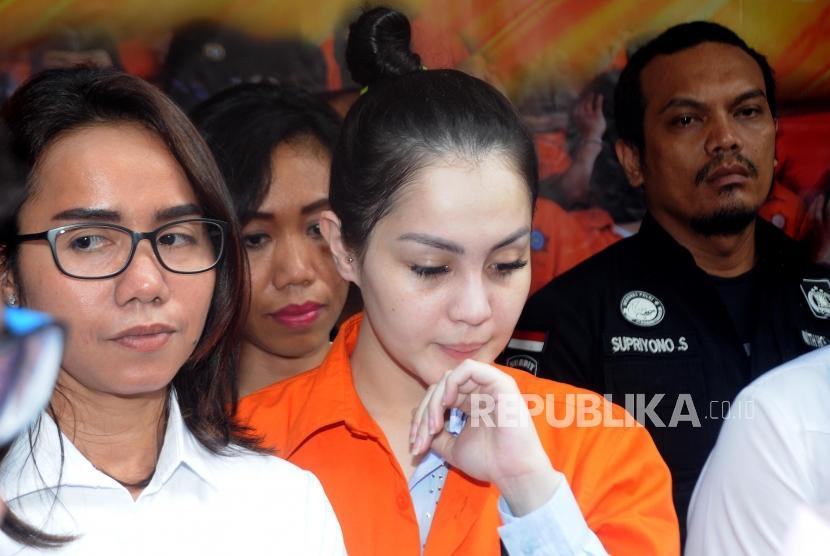 Aktris Jennifer Dunn diperlihatkan kepada media saat rilis kasus narkoba di Mapolda Metro Jaya, Jakarta, Selasa (2/1).