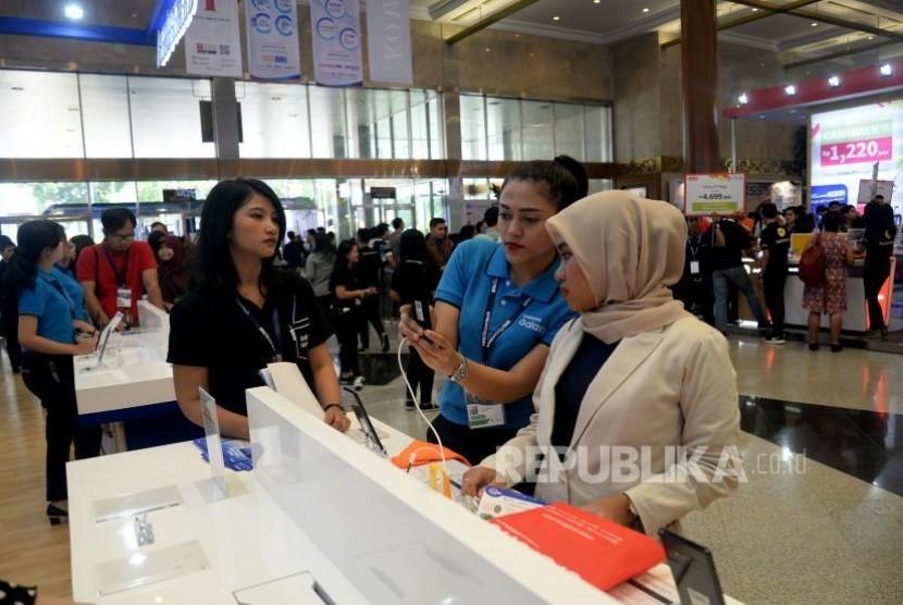 Pengunjung memadati salah satu stand pameran BRI Indocomtech 2017 di JCC, Jakarta, Rabu (1/11).