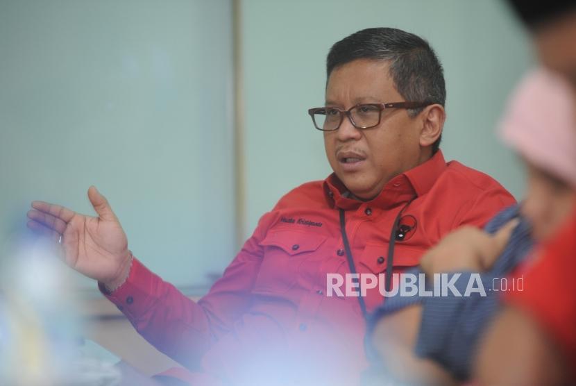 Sekertaris Jendral PDIP Hasto Kristiyanto memberikan penjelasan saat melakukan kunjungan ke kantor Harian Republika, Jakarta, Senin (8/1).