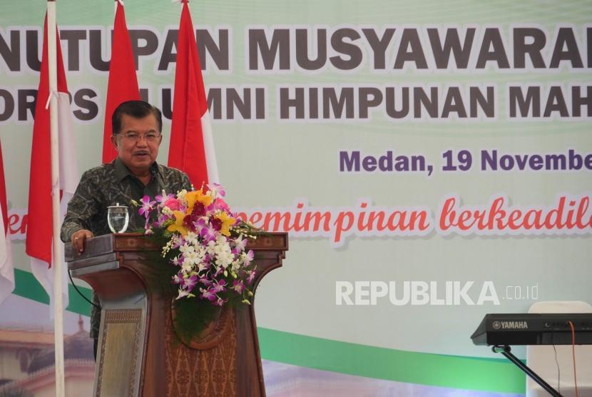 Wakil Presiden Republik Indonesia Jusuf Kalla menyampaikan arahannya pada acara penutupan Munas ke-X Korps Alumni Himpunan Mahasiswa Islam (KAHMI) di Medan, Ahad (19/11).