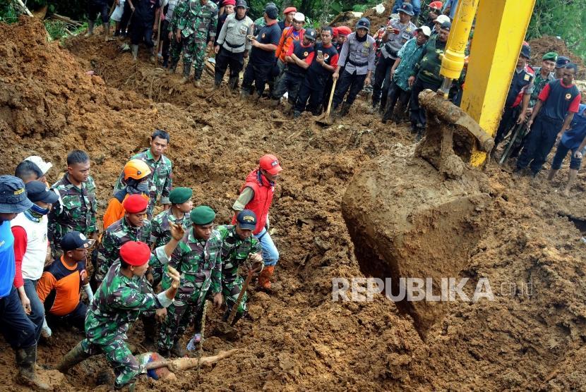 Sejumlah petugas gabungan melakukan evakuasi pencarian korban longsor di Kampung Maseng, Cijeruk, Kabupaten Bogor, Jawa Barat, Selasa (6/2).