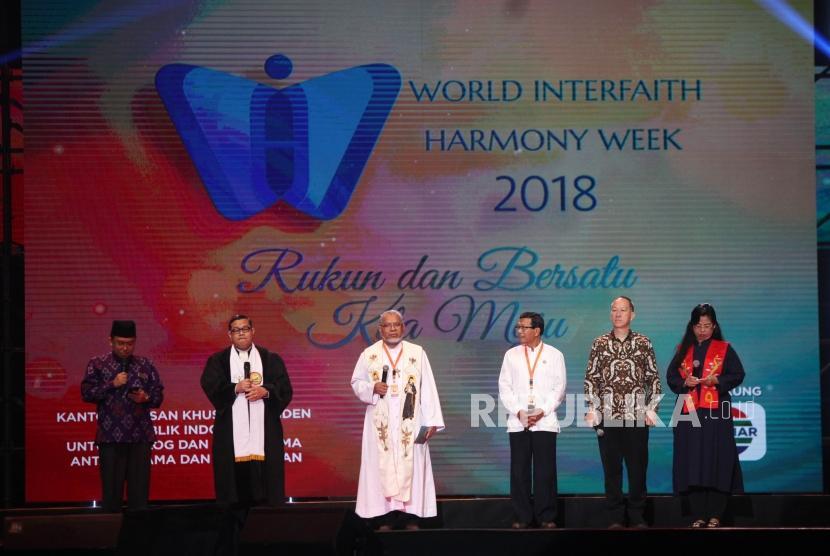 Para pemuka agama melakukan berdoa bersama saat acara World Interfaith Harmony Week 2018 yang bertajuk 'Rukun dan Bersatu, Kita Satu, di Jakarta Convention Center (JCC), Jakarta, Ahad (11/2).