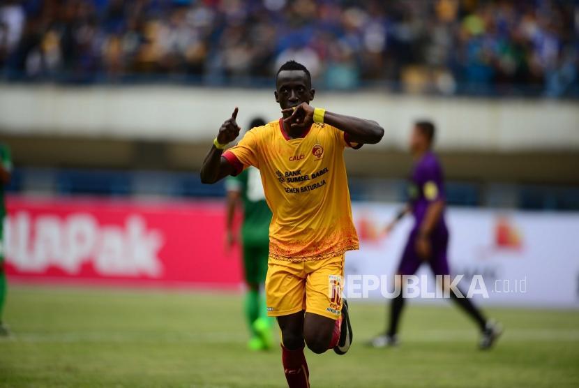 Selebrasi gelandang serang Sriwijaya FC Konate Makan setelah mencetak gol kedua ke gawang PSMS Medan dalam pertandingan Grup A Piala Presiden 2018 di Stadion GBLA Bandung, Jumat (26/1).