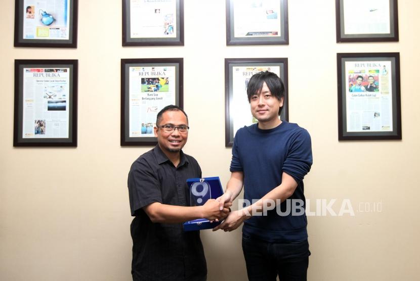 Country Manager Quipper Edukasi Indonesia Takuya Homma menyerahkan plakat kepada Wakil Pemimpin Redaksi Nur Hasan Murtiaji saat kunjungan ke Kantor Harian Republika, Jalan Warung Buncit, Jakarta, Kamis (23/11).