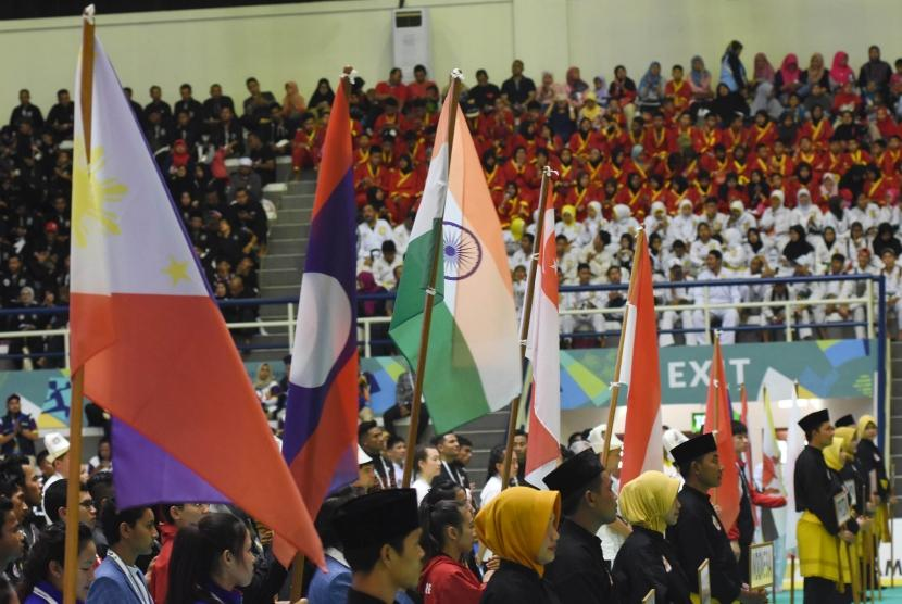 Atlet pencak silat dari sejumlah negara mengikuti upacara pembukaan pertandingan pencak silat Turnamen Invitasi Asian Games 2018 di Padepokan Pencak Silat TMII, Jakarta, Sabtu (10/2).