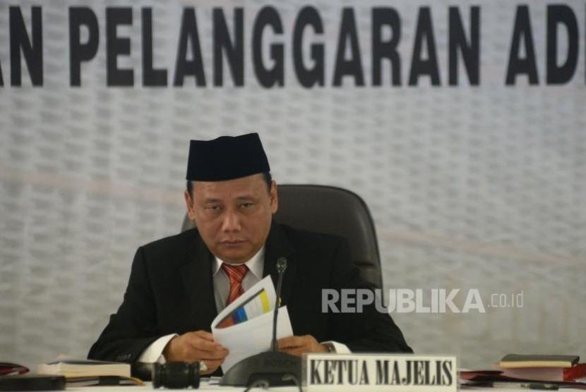 Ketua Bawaslu RI Abhan berserta para anggota bawaslu memimpin sidang penanganan pelanggaran administratif pemilu dengan agenda putusan pendahuluan di Gedung Bawaslu RI, Jakarta, Rabu (1/11).