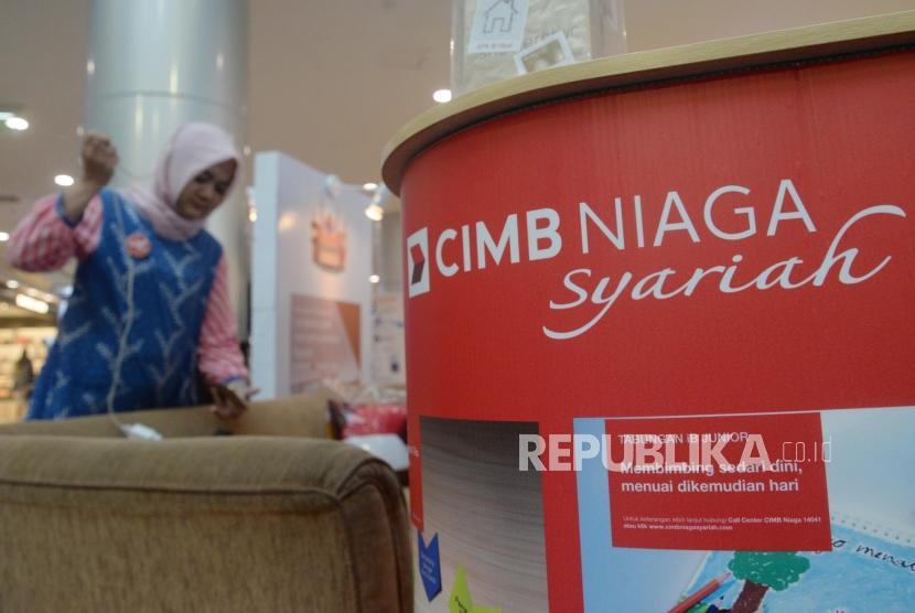 Nasabah mencari informasi perbankan syariah di booth Bank CIMB Niaga Syariah, Jakarta, Ahad (19/11).