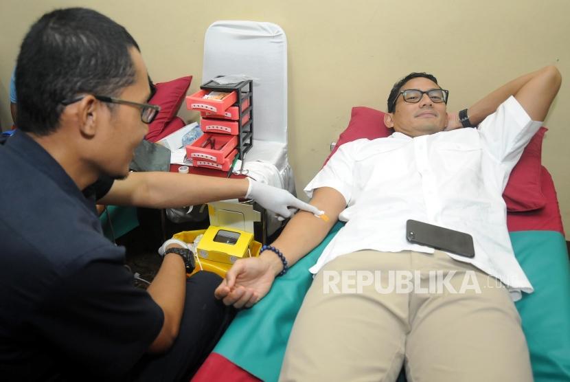 Wakil Gubernur DKI Jakarta Sandiaga Uno mengikuti donor darah pada acara Festival Republik 2017 di Masjid At- Tin, Jakarta, Ahad (31/12).