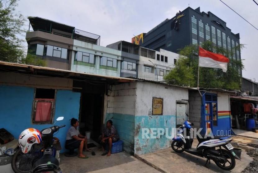 Lepas Plang Alexis. Petugas melepas plang Hotel Alexis di Jalan RE Martadinata, Pademangan, Jakarta Utara, Rabu (1/11).