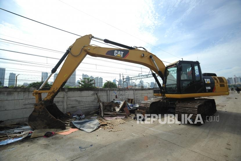 Alat Berat. Alat berat menghanucrkan bangunan liar  saat penertiban di jalur inspeksi kanal banjir barat, Jakarta Pusat, Senin (13/11).
