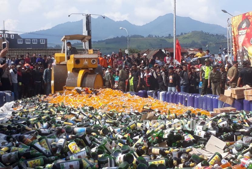 Puluhan ribu minuman keras (miras) termasuk miras oplosan hasil razia dua pekan lalu yang dilakukan Polres Bandung, Satpol PP Kabupaten Bandung dan instansi lainnya dimusnahkan di Alun-alun Cicalengka, Kabupaten Bandung, Kamis (19/4).