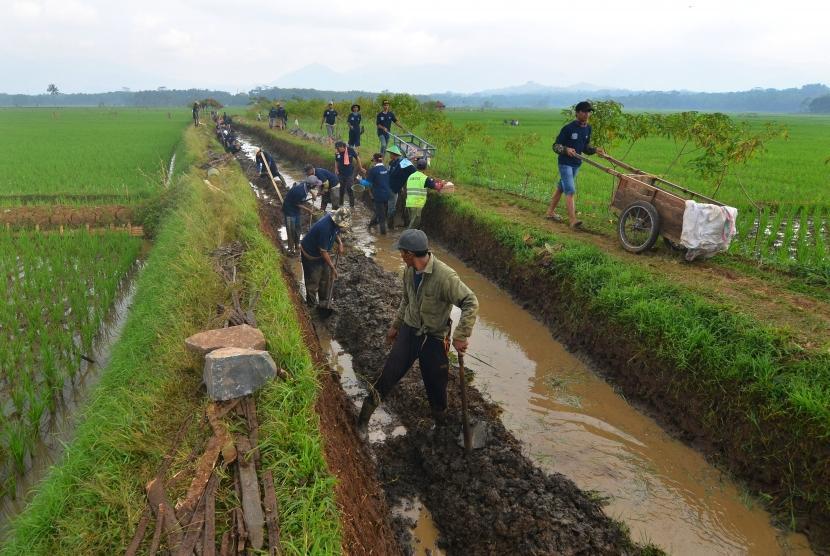 Sejumlah warga bergotong royong membangun saluran irigasi untuk mengairi lahan pesawahan di Desa Tanjungsari, Kabupaten Tasikmalaya, Jawa Barat, Sabtu (12/5).