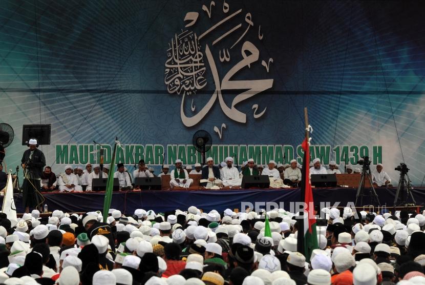 Sejumlah umat Muslim menghadiri peringatan Maulid Nabi Muhammad SAW 1439 Hijriah di Lapangan Medan Merdeka Selatan Monumen Nasional (Monas), Jakarta, Jumat (1/12).