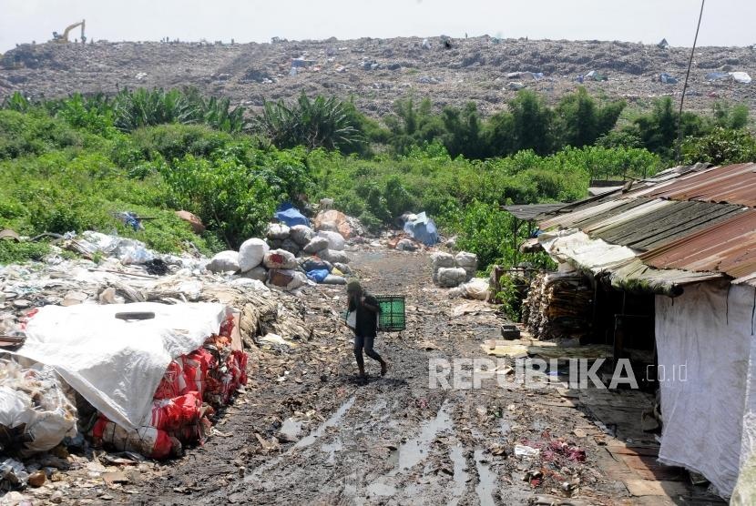 Pemulung berjalan usai memilah sampah di kawasan TPST Bantar Gebang, Bekasi, Jawa Barat