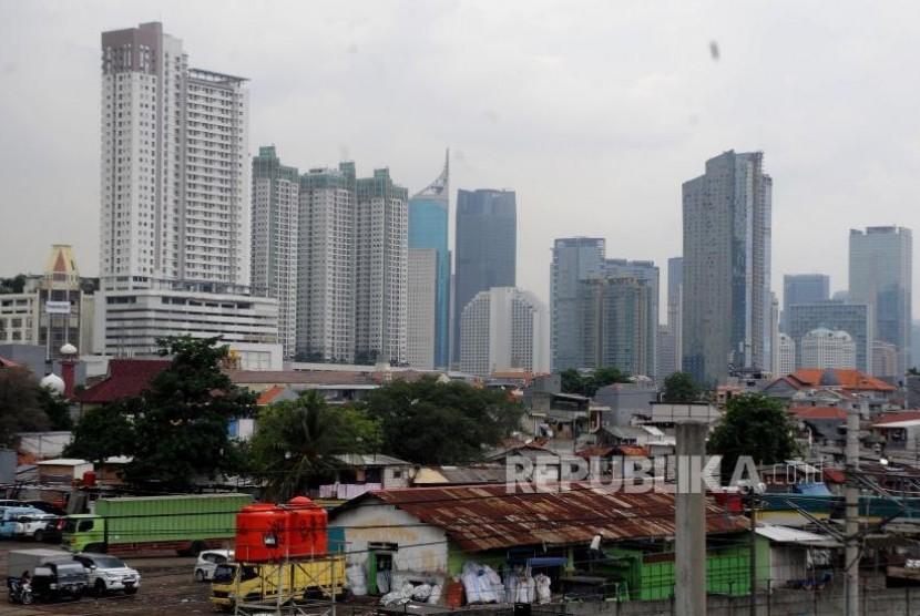 Tata Ruang Kota Jakarta. Suasana pemukiman penduduk dan gedung bertingkat terlihat dari kawasan Tanah Abang, Jakarta Pusat, Rabu (8/11). Pengamat Pekotaan Universitas Trisakti, Nirwono Joga, menyatakan lebih dari 80 persen tata ruang di Jakarta menyalahi peruntukan yang menyebabkan sejumlah wilayah kerap dilanda banjir