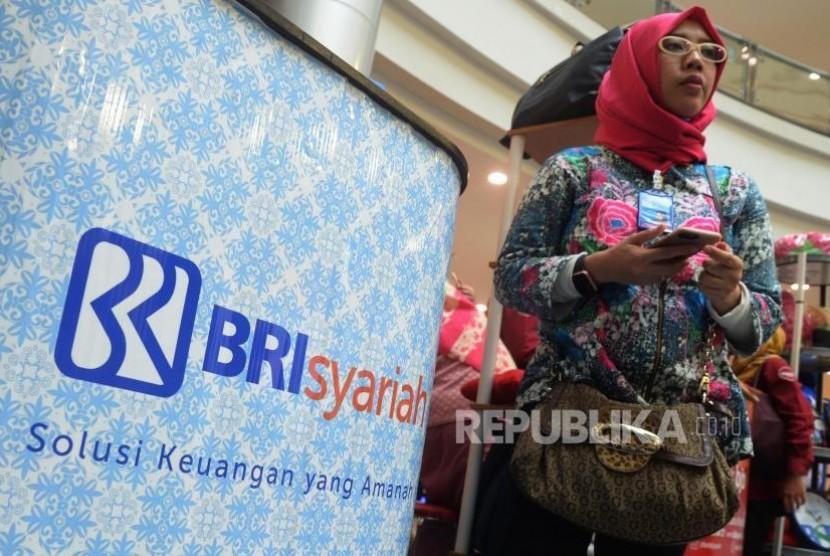 Aktivitas perbankan di BRI Syariah, Jakarta, Senin (30/10).
