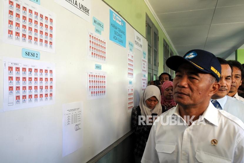 Menteri Pendidikan dan Kebudayaan Muhadjir Effendy saat meninjau pelaksanaan Ujian Nasional Berbasis Komputer (UNBK) di Sekolah Menengah Kejuruan (SMK) Negeri 29 Jakarta, Kebayoran Baru, Jakarta, Senin (2/4).