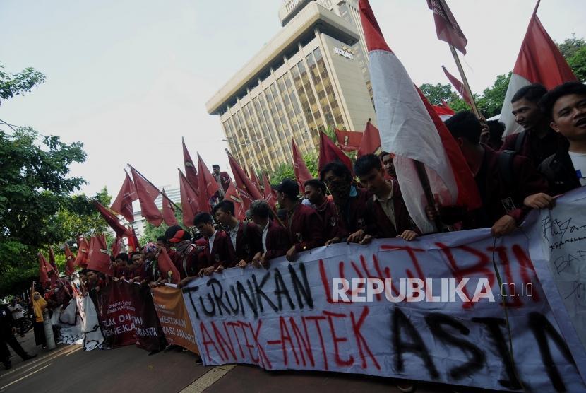 Aksi Tolak Reklamasi IMM. Sejumlah mahasiswa yang tergabung dalam Ikatan Mahasiswa Muhammadiyah (IMM) melakukan aksi di depan kantor Kementerian Koordinator Bidang Kemaritiman, Menteng, Jakarta Pusat, Jumat(10/11). Pada aksi tersebut, para mahasiswa menyuarakan penolakan terhadap proyek reklamasi teluk Jakarta yang dinilai merugikan masyarakat kecil.