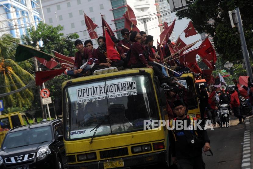 Aksi Tolak Reklamasi IMM. Sejumlah mahasiswa yang tergabung dalam Ikatan Mahasiswa Muhammadiyah (IMM) menaiki bis untuk keberangkatan aksi di Gedung Pusat Dakwah Muhammadiyah, Menteng, Jakarta Pusat, Jumat(10/11). Pada aksi tersebut, para mahasiswa menyuarakan penolakan terhadap proyek reklamasi teluk Jakarta yang dinilai merugikan masyarakat kecil