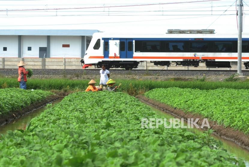 Kereta Api Bandara Melintas menuju Bandara Soekarno Hatta di Tangerang, Banten, Kamis (28/12).