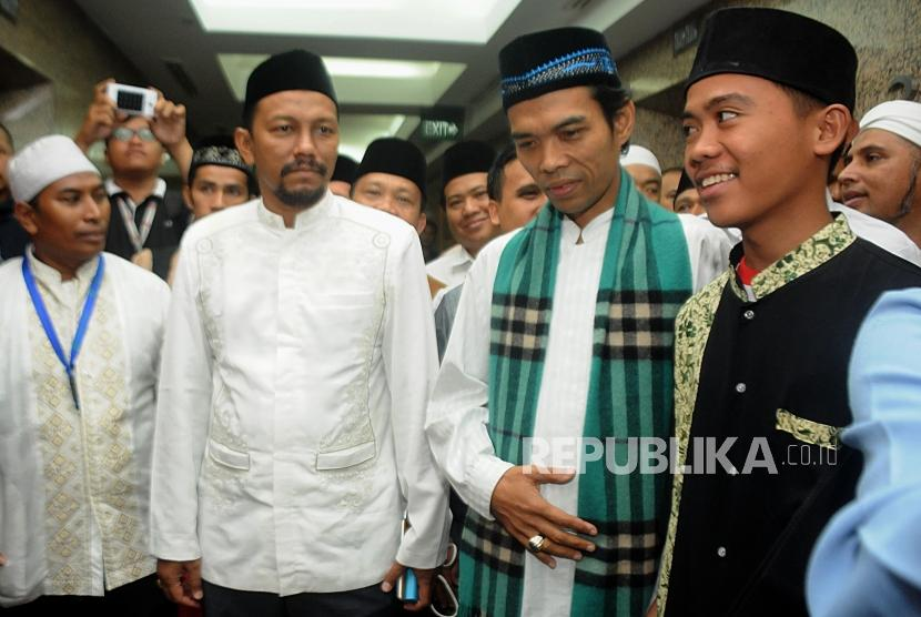 Ceramah. Ustad Abdul Somad (kedua kanan) usai menyampaikan ceramah di Gedung Sarana Jaya, Tanah Abang, Jakarta, Kamis (28/12).