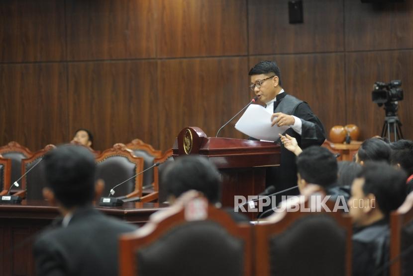 Kuasa hukum pemohon uji materi UU MD3 menjelskan saat  sidang panel pendahuluan di gedung MK, Jakarta, Kamis (8/3).