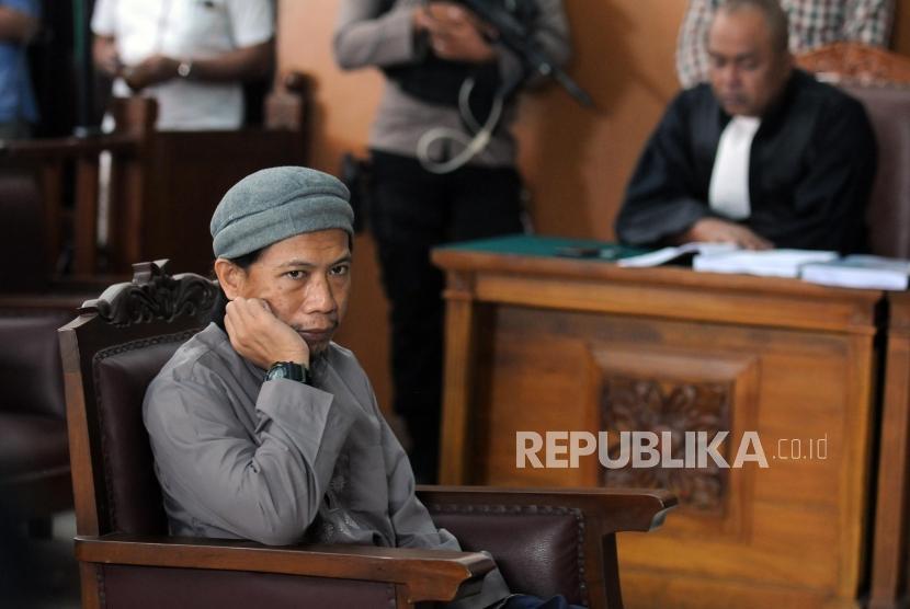 Terdakwa kasus terorisme Aman Abdurrahman saat menjalani sidang pembacaan tuntutan di Pengadilan Negeri Jakarta Selatan, Jumat (18/5).