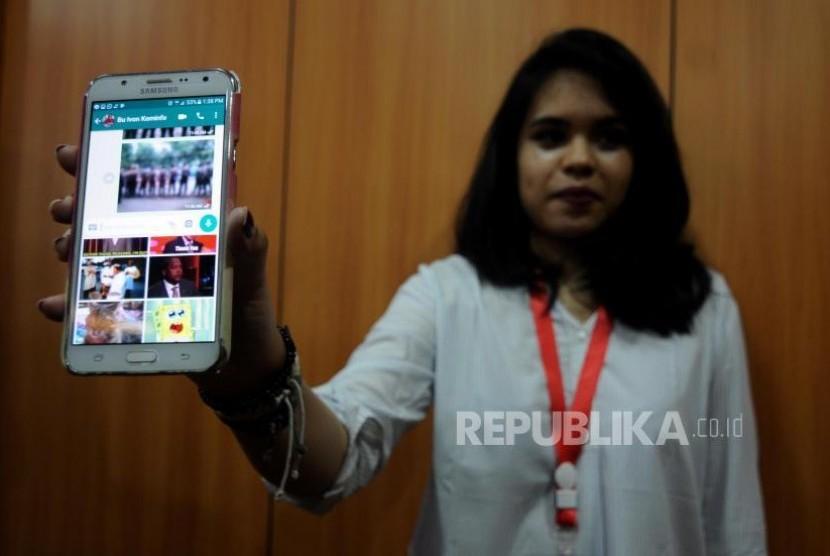 Konferensi Pers Konten Pornografi Whatsapp. Pegawai Kemkominfo memperlihatkan gambar GIF yang ada di aplikasi Whatsapp di Gedung Kementerian Komunikasi dan Informatika, Jakarta Pusat, Senin (6/11).