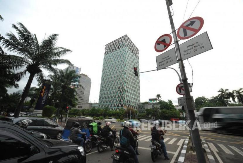 Larangan Motor. Rambu Larangan Motor menuju Jalan Thamrin, Jakarta Pusat, Selasa (07/11).