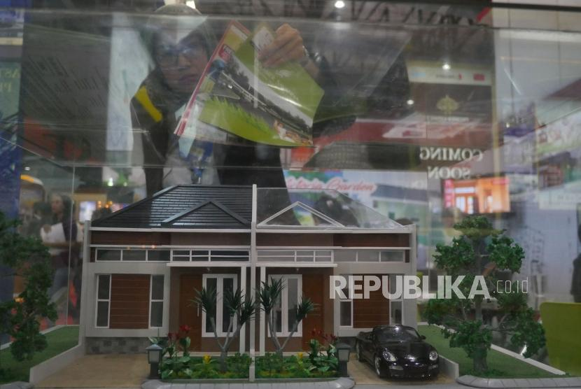 Pengunjung melihat produk properti yang ditawarkan dalam ajang Indonesia Property Expo (IPEX) 2018 yang digelar di Jakarta Convention Center (JCC), Sabtu (3/2).