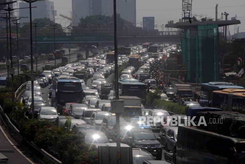 Sejumlah kendaraan terjebak kemacetan di Tol Cawang, Jalan MT Haryono, Cawang, Jakarta Timur, Kamis (16/11).