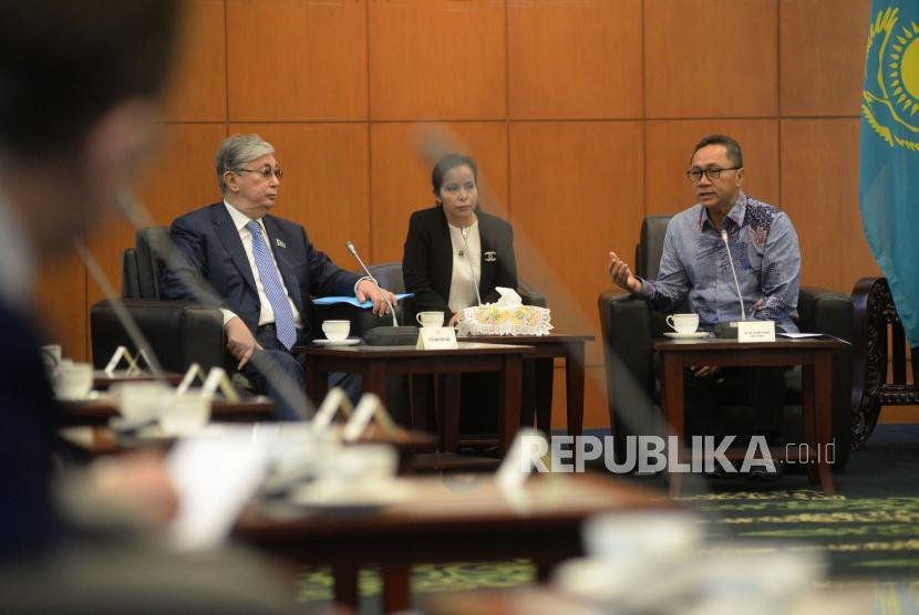Ketua MPR Zulkifli Hasan menerima kunjungan Ketua Parlemen Kazakhstan Kassym-Jomart Tokayev di Kompleks Parlemen, Senayan, Jakarta,Selasa (13/3).