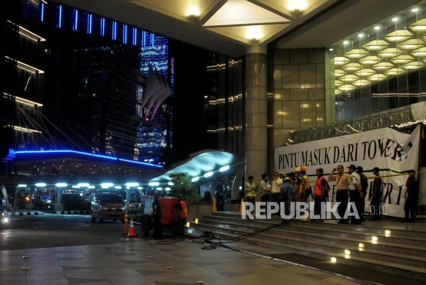 Suasana pasca robohnya selasar Gedung Bursa Efek Indonesia (BEI), Senayan, Jakarta, Selasa (16/1).