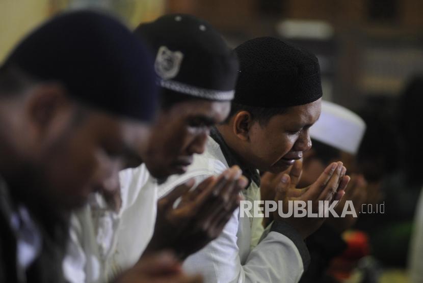 Dzikir Bersama Arifin Ilham. Jamaah mengikuti dzikir bersama Ustadz Arifin Ilham saat Dzikir Nasional 2017 di Masjid At-Tin, Jakarta, Sabtu (31/12).