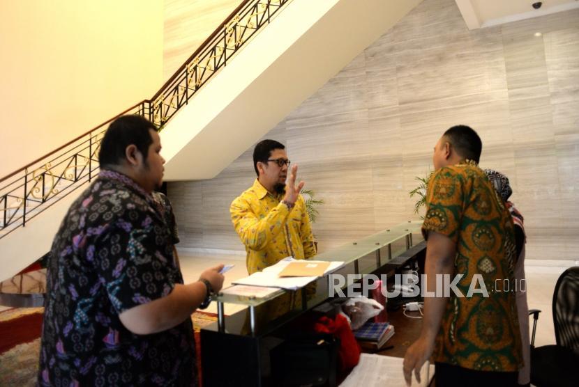 Surat Terbuka ke Joko Widodo. Ketua Gerakan Muda Partai Golkar (GMPG) Ahmad Doli Kurnia menyerahkan surat yang akan diserahkan ekapda Presiden Joko Widodo di Komplek Istana Negara, Jakarta, Kamis (9/11).