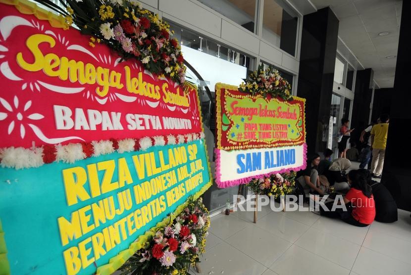 Sebuah karangan bunga dikirim untuk Ketua DPR RI Setya Novanto yang sedang dirawat di RSCM Kencana, Jakarta, Sabtu (18/11).