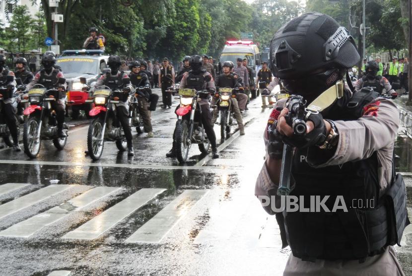 Polisi berusaha menggeser peserta aksi yang semakin anarkis saat simulasi pengamanan Pilkada serentak di depan Gedung Sate, Kota Bandung, Jumat (9/2).