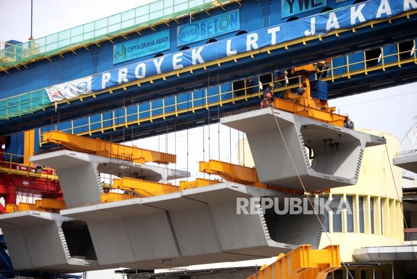 Pekerja menyelesaikan pembangunan proyek Light Rail Transit (LRT) Atau kereta api ringan dikawasan Kelapa Gading.
