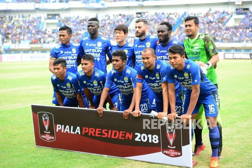 Tim Persib Bandung pada laga perdana Piala Presiden antara Persib Bandung melawan Sriwijaya FC di Stadion Gelora Bandung Lautan Api, Bandung, Selasa (16/1).