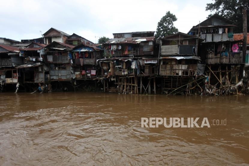 Suasana deretan rumah di Bantaran Kali Ciliwung di Kawasan Manggarai, Jakarta, Jumat (9/2).