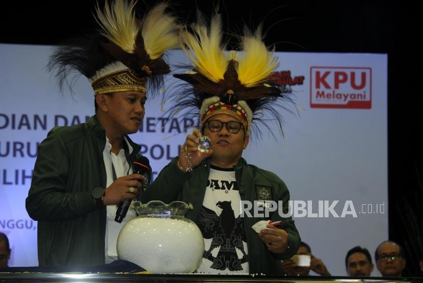 Ketua Umum Partai Kebangkitan Bangsa (PKB) Muhaimin Iskandar(kanan) mengambil bola nomor urut undian saat acara Pengundian Nomor Urut Peserta Pemilu 2019 di Kantor KPU, Jakarta, Ahad (18/2).
