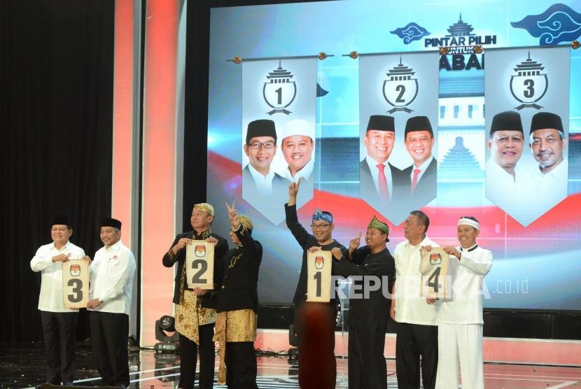 Pasangan calon gubernur dan wakil gubernur Jawa Barat memperlihatkan nomor urut usai Pengundian Nomor Urut Pasangan Calon Gubernur dan Wakil Gubernur Jawa Barat, di SOR Arcamanik, Kota Bandung, Selasa (13/2).