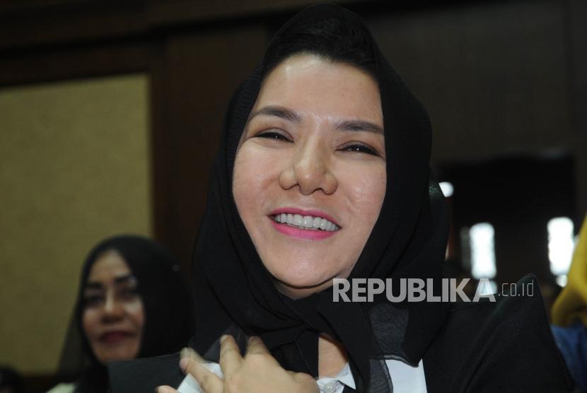 Tersenyum. Rita Widyasari  tersenyum saat dimintai foto oleh wartawan sebelum persidangan di Tipikor, Jakarta, Rabu (21/2).
