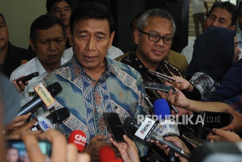 Menteri Koordinator Politik Hukum dan Keamanan Wiranto(kiri)