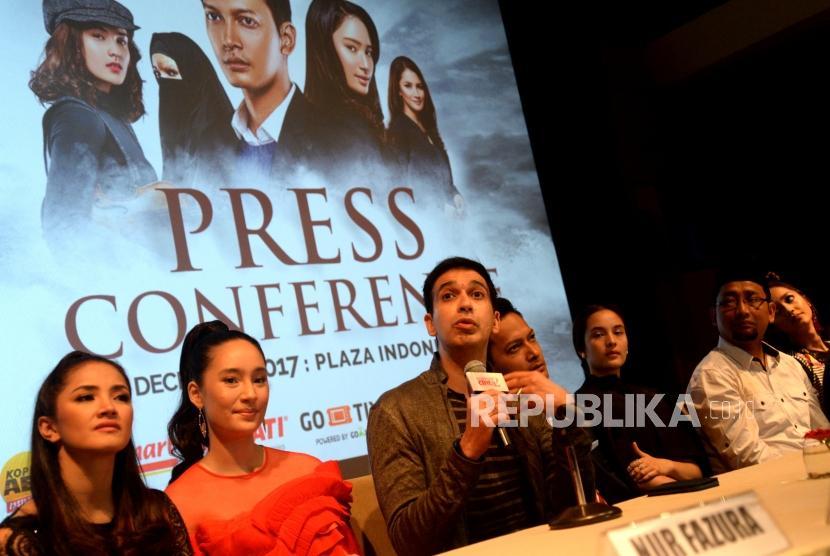 Produser Film Manoj Punjabi (tengah) memberikan paparan terkait Film Ayat-Ayat Cinta 2 saat peluncuran di Jakarta, Rabu (6/12).