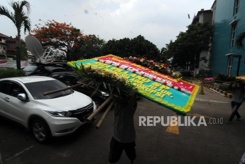 Pekerja memindahkan karangan bunga untuk Ketua DPR RI Setya Novanto yang sedang dirawat di RSCM Kencana, Jakarta, Sabtu (18/11).