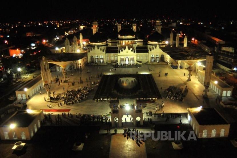 Suasana Masjid Baiturrahman, Banda Aceh, pada malam hari. (ampelsa/antara)